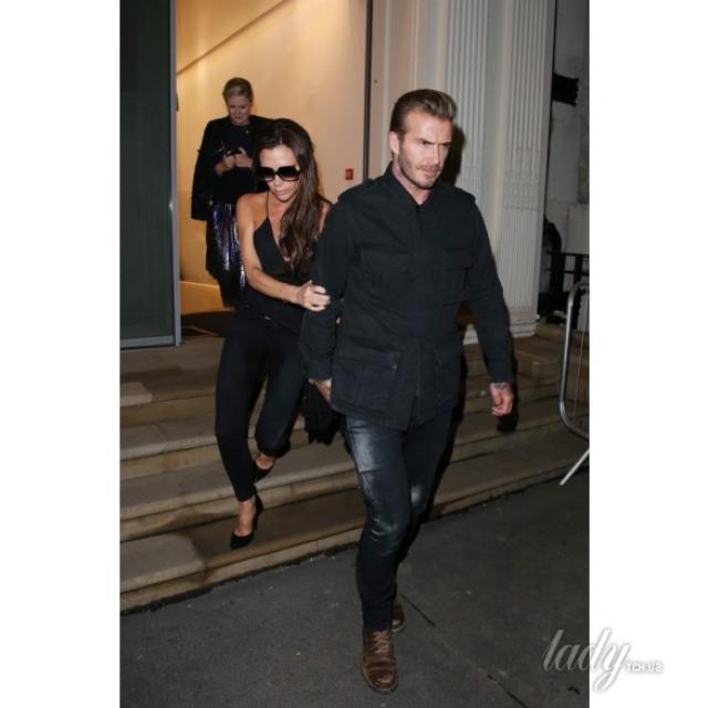 Пока Виктория пыталась дойти до машины в мокрых джинсах и на высоких каблуках, ее прикрывал Дэвид, который взял фотографов на себя.