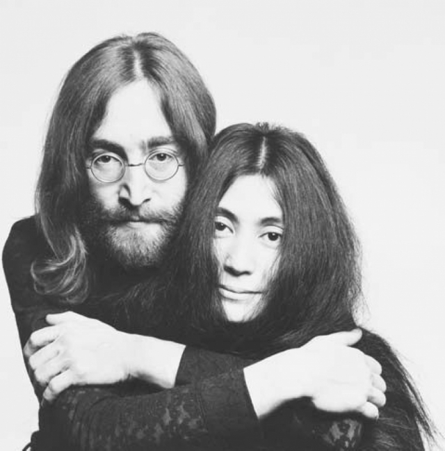 Джон Леннон и Йоко Оно. Японка, которую добрая часть фанатов Битлз обвиняет в развале их любимой группы, происходит из знатной японской семьи. На момент знакомства с Джоном она уже дважды была замужем, имела дочь.