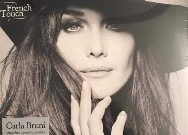 """Пока в марте мужа допрашивали в связи с делом о финансировании его избирательной кампании 2007 года, Карла пребывала в концертном туре в поддержку ее нового альбома """"French Touch"""", вышедшего в октябре 2017 года."""