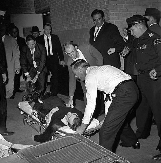 Президент Кеннеди был доставлен в операционную, где спустя полчаса после покушения была констатирована его смерть. Ли Харви Освальд, арестованный по подозрению в убийстве, был застрелен через два дня в полицейском участке жителем Далласа Джеком Руби, который также впоследствии умер в тюрьме.