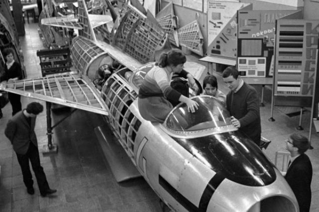 """""""Цель у меня была - летать. А именно, участвовать в космических полетах. Я, собственно говоря, поэтому и пошла в авиационный спорт. Я просто никогда никому об этом не говорила, потому что это было время, когда говорили, что космос - не женское дело. У нас первая женщина слетала и больше там делать нечего, хватит, все понятно и так. Но я изначально была уверена в том, что женщины все-таки будут летать в космос,"""" - вспоминала Светлана."""