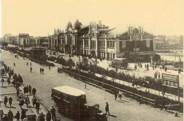 В начале 20-х Новосибирск состоял из двух частей по разным берегам Оби, не соединенных автомобильным мостом. При этом часовой меридиан проходил прямо по реке, из-за чего в одном городе было два времени: на левом берегу разница с Москвой составляла три часа, а на правом - четыре