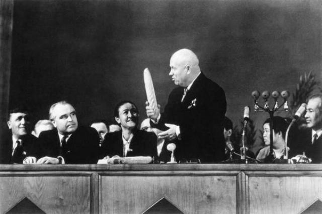 """В 1956 году в Москве состоялся всесоюзный семинар по кукурузе. Именно на нем Хрущев произнес знаменитую фразу: """"Кукуруза, товарищи, это танк в руках бойцов"""" ."""