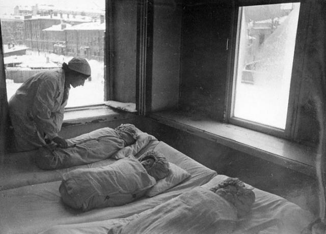 """""""Первым умер от голода мой родной брат Леня — ему было 3 года. Мама на саночках отвезла его на кладбище, захоронила в снегу. Через неделю пошла на кладбище, но там валялись лишь его останки – все мягкие места были вырезаны. Его съели""""."""