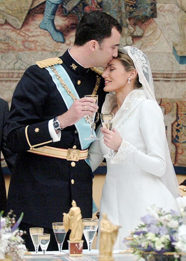 Их церемония бракосочетания транслировалась телевизионными каналами многих стран, которые собрали у экранов около 1,5 миллиарда зрителей во всем мире.