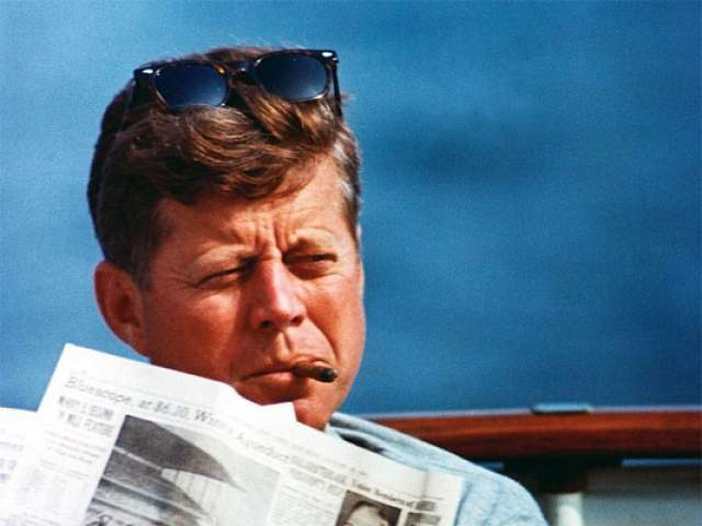 Джон Кеннеди , как утверждали некоторые знакомые с ним люди, имел за всю недолгую жизнь около полутора тысяч любовниц. Специалисты говорят, что виной тому - редкая болезнь. И даже супруга Жаклин не могла остановить похотливого политика. Он говорил, что у него начинала страшно болеть голова, если он не занимался сексом более трех дней.