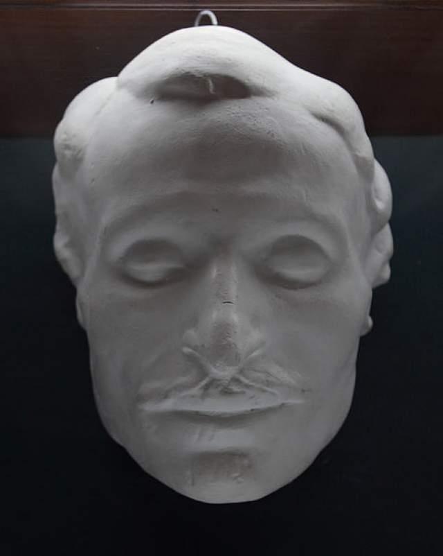 Сам мастер утверждает, что Гоголь точно был мертв, когда он работал. По официальной версии причиной смерти писателя стали сердечно-сосудистая недостаточность, к которой привели душевное расстройство и депрессия, истощение и обезвоживание в сочетании с неправильным лечением.