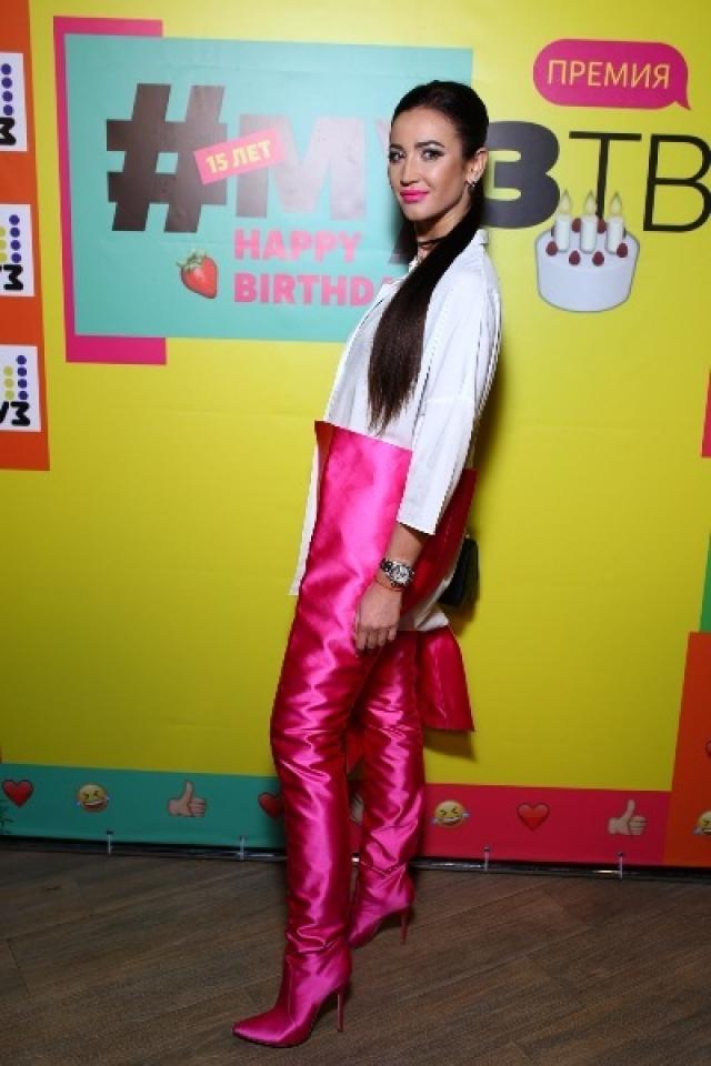 Гала-ужин канала МУЗ-ТВ Ольга появилась в ярких розовых сапогах, которые заканчивались в районе талии.