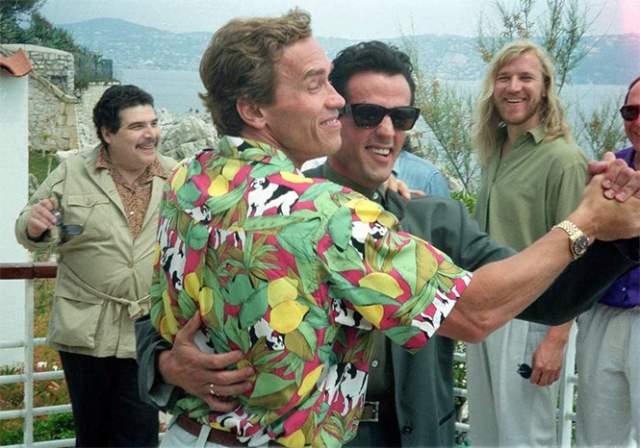 Арнольд Шварценеггер и Сильвестр Сталлоне танцуют танго на 43 кинофестивале в Каннах, 13 мая 1990.
