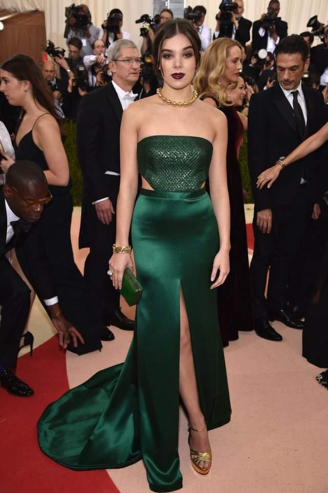 Актриса Хейли Стейнфилд выбрала атласное платье также от этой фирмы H&M, которое, стоит отметить, смотрится довольно дешево.