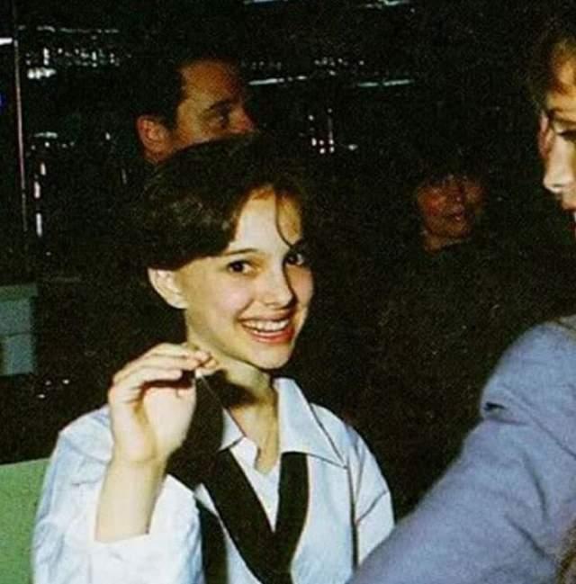 """Первой ролью в большом кино для Натали Портман стала роль в фильме """"Леон"""". А это фото с красной ковровой дорожки с премьеры фильма."""