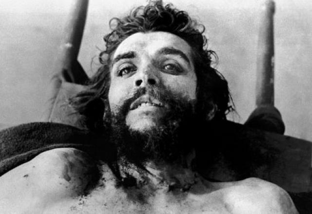 """Большое число поклонников команданте утверждают, что ни один мертвый не был так похож на Христа, как """"Че"""" на фотографии, где он лежит в школе на столе, окруженный боливийскими военными."""