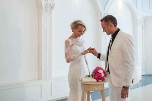 В 2014 году Домнина рассталась с Яглычем. 25 апреля 2014 года они поженились с Костомаровым, а в январе 2016 года у них родился сын Илья. В интервью СМИ супруги рассказывали, что только после долгих лет научились не только слушать, но и слышать друг друга.