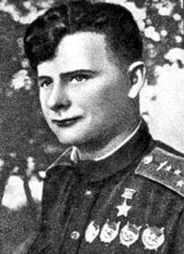 В отличие от старшего брата, который после войны попал в Центр подготовки космонавтов, Дмитрий окончил академию и командовал полком в ВВС СССР.