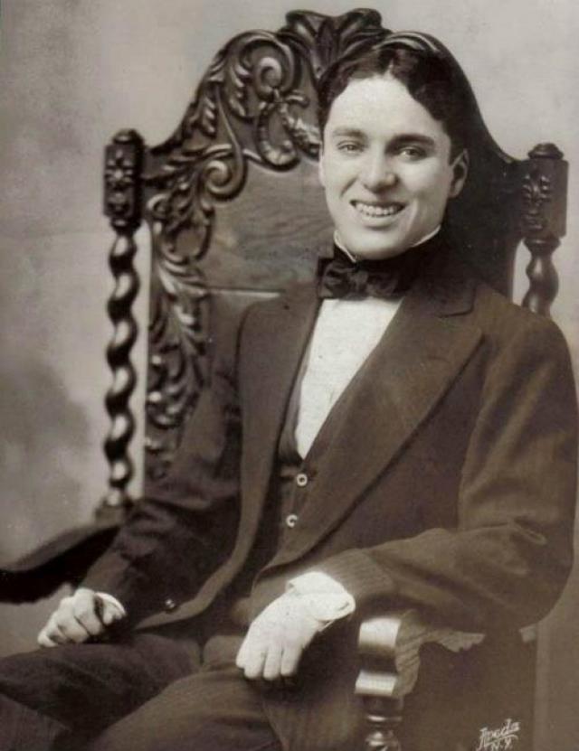 Уже став миллионером, Чаплин долго продолжал жить в третьесортном гостиничном номере. Он также хранил студийные чеки в старом чемодане на протяжении долгих месяцев.