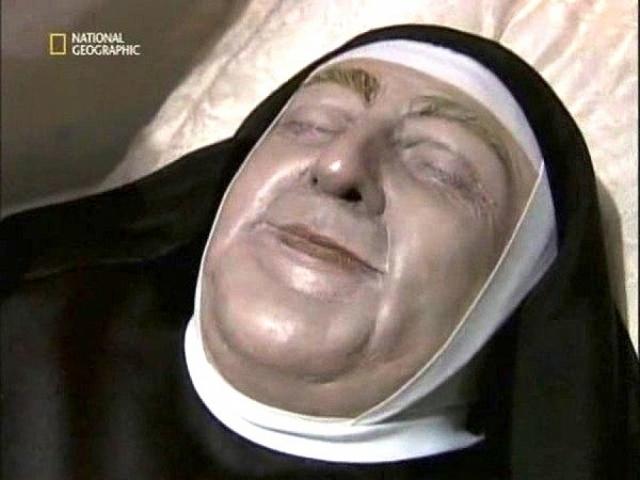 В 1998 году эксперты покрыли ее кожу специальным прозрачным веществом - она была розовой и упругой, и тело почти не изменилось.