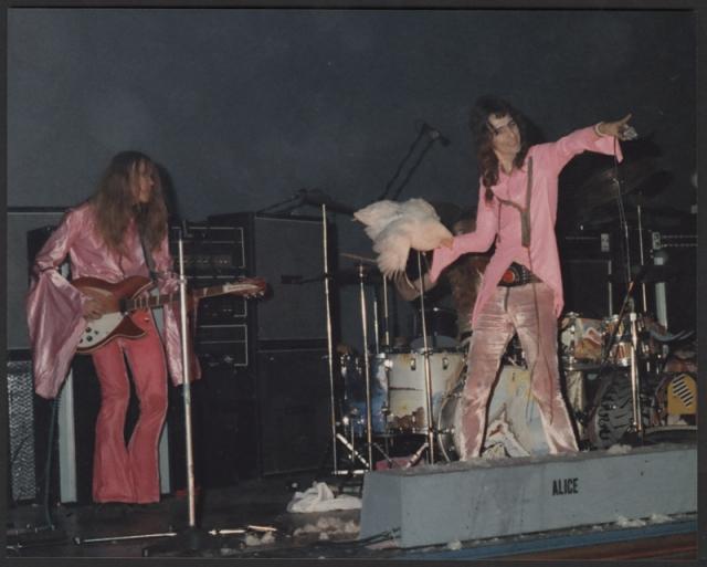 На концерте Alice Cooper в Торонто в сентябре 1969 года во время выступления на сцене оказалась курица. Элис Купер поднял курицу и бросил в толпу.