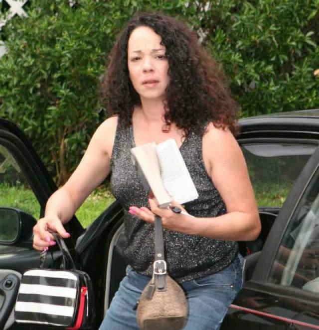 Возможно, дело в том, что та в 15 лет забеременела, ушла из дома и начала работать проституткой. А затем заразилась ВИЧ-инфекцией и подсела на наркотики. Хотя Элисон утверждает, что с запрещенными веществами она покончила. Два года назад.