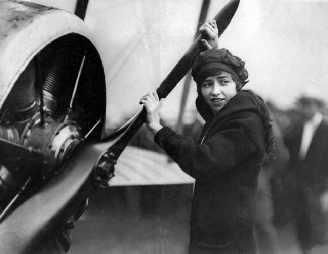 Кэтрин Стинсон становится первой женщиной, доставляющей по воздуху почту. В 1913 году она первой из женщин делает мертвую петлю, а также мертвую петлю в ночное время.