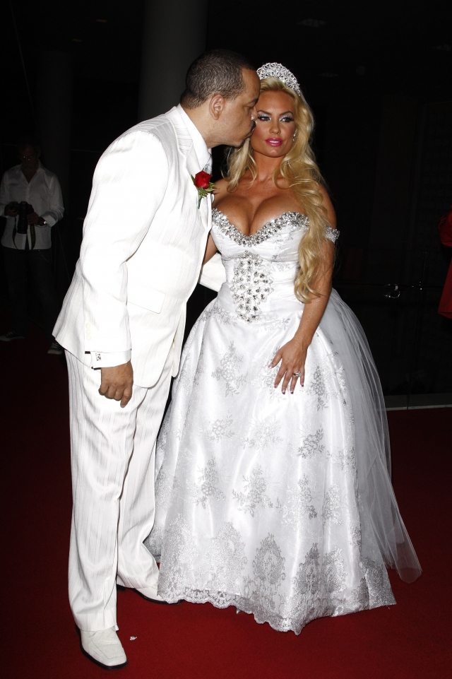 Коко Остин. Свадебное платье модели и светской львицы похоже на карнавальный костюм с блестками.
