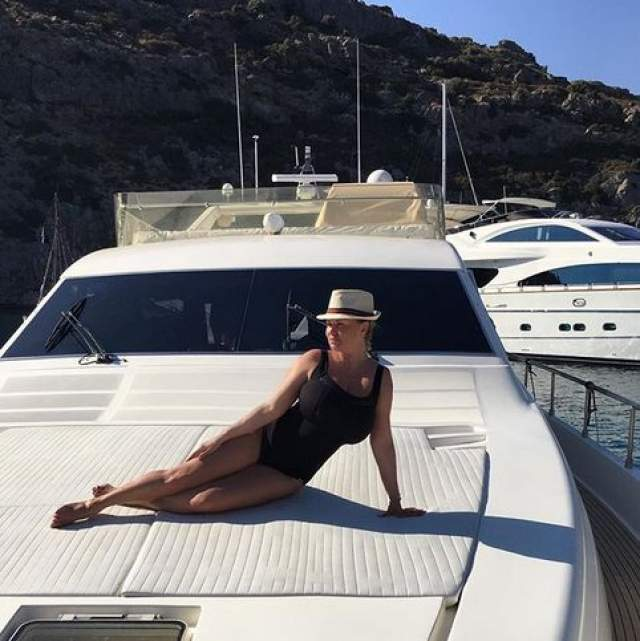 "А на фото, сделанном на яхте, поклонники звезды заметили ""поплывшие"" полоски под рукой Семенович."