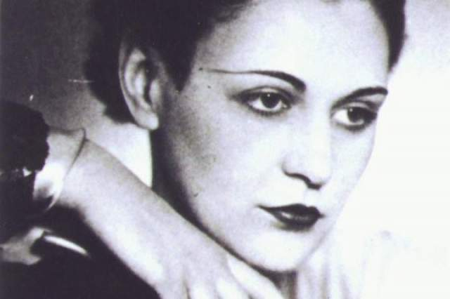 После занималась организацией поставок вооружения и вербовкой новых членов Сопротивления. Вскоре Нэнси узнала, что ее мужа расстреляли фашисты, так как он не рассказал о местонахождении Нэнси. За ее голову гестапо обещало 5 миллионов франков.