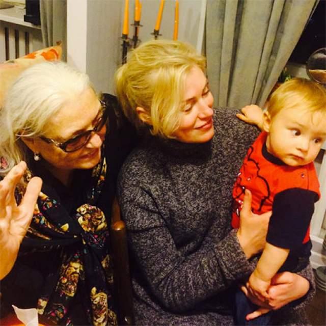 Младшие сыновья Марии Шукшиной всего на девять лет старше ее первого внука. Вячеслава молодой бабушке преподнесла старшая дочь актрисы Анна Трегубенко.