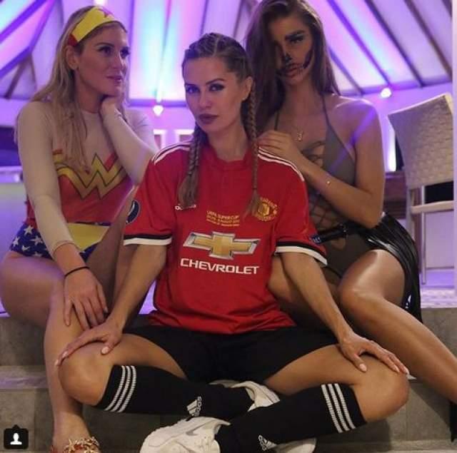 """Причиной данного предположения стал тот факт, что на Хэллоуин звезда выбрала для себя форму футбольного игрока """"Манчестер Юнайтед"""" и, по мнению пользователей, таким образом призналась в любви к футболисту ."""