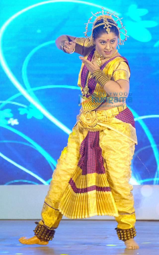 Несмотря на это, ее регулярно приглашают на роли в кино и она принимает активное участие в танцевальных шоу.