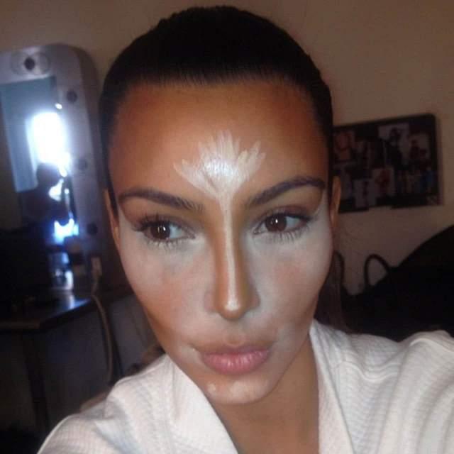 Ким Кардашьян сама показала подобный секрет. Создается впечатление, что многие дивы и вовсе полностью рисуют собственное лицо.