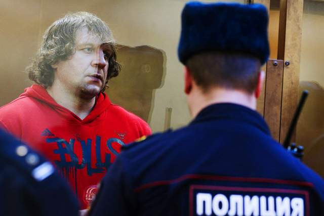Емельяненко был осужден за многократное изнасилование 26-летней девушки, которая у него работала. Его приговорили к 4,5 года лишения свободы.