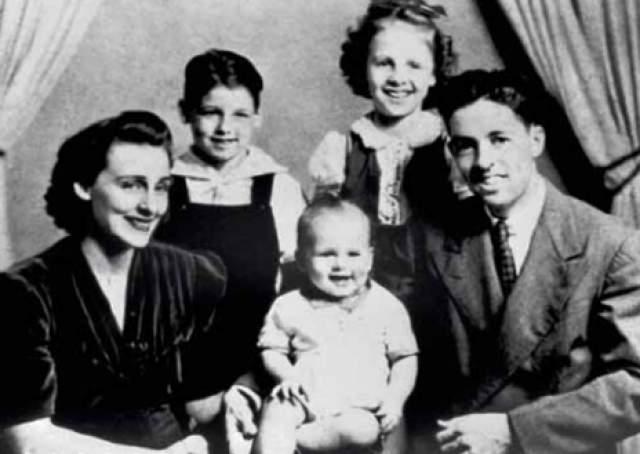 Затем Эш вышла замуж и начала работать официанткой у матери. На руках у нее было трое детей, когда супруг решил, что больше ее не любит, и ушел.