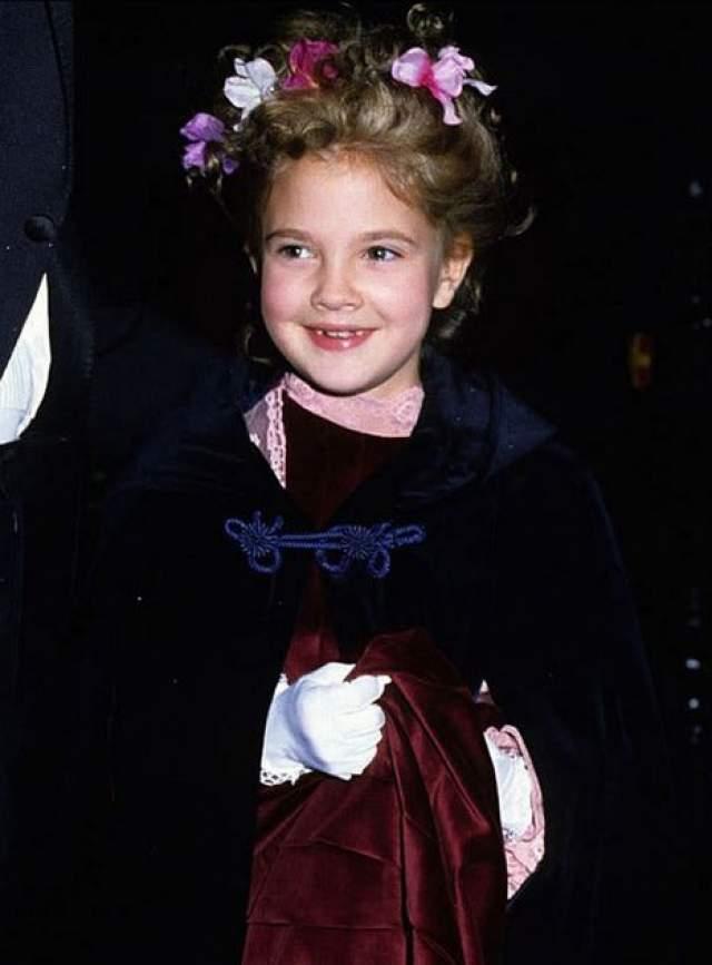 Дрю Бэрримор росла в кинематографической семье и сниматься начала в самом раннем возрасте. Неудивительно, что на свою первую красную ковровую дорожку она вышла, когда ей не было и семи лет, в 1982 году.