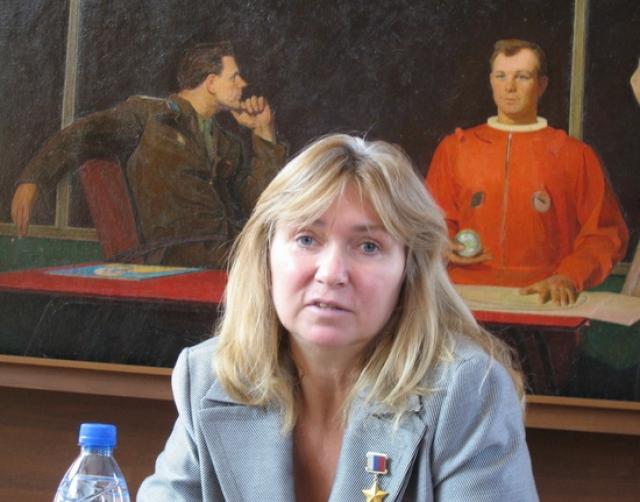 """После завершения летной карьеры Кондакова подалась в политику. В 1999 году стала депутатом Госдумы от партии """"Отечество - вся Россия"""", а с 2003 по 2011 годы являлась парламентарием от партии """"Единая Россия""""."""