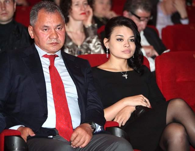 """У Юлии есть младшая сестра Ксения, бывшая студентка экономфака МГИМО. В 2010 году она снялась в фильме друга семьи Никиты Михалкова """"Утомленные солнцем-2"""", но актерскую карьеру после этого не продолжила."""