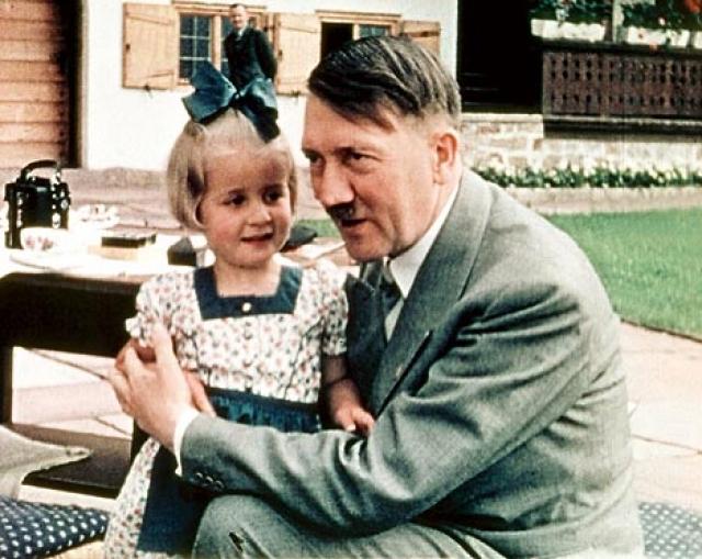 Гитлер верил, что арийцы являются высшей расой. Любопытно, что арийцы – это люди со светлыми волосами и голубыми глазами, а у него самого были темные волосы и карие глаза.