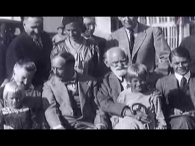 Эксперименты по скрещиванию человека с обезьяной интенсивно продолжались до конца 20-х годов, благо желающих оплодотвориться ради науки только росло. А затем Иванову захотелось поделиться полученными результатами с общественностью...