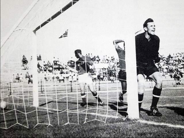 На футбольном чемпионате мира 1962 года сборная СССР встречалась с командой Уругвая. При счёте 1:1 советский футболист отправил мяч в ворота через дырку в сетке с внешней стороны. Арбитр гол засчитал, но капитан советской команды Игорь Нетто сам попросил отменить нечестное очко. Мяч в итоге отменили, но футболисты СССР забили ещё и выиграли матч уже по-честному.