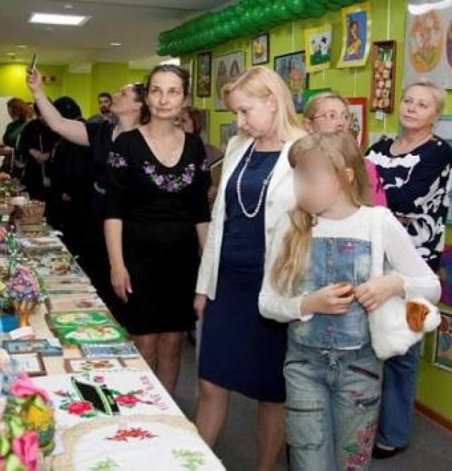 Существует как минимум две версии того, как Полежай сблизилась с Януковичем. По словам бывшего супруга Полежай, Егора, та работала в Межигорье официанткой, где и сошлась с экс-президентом.