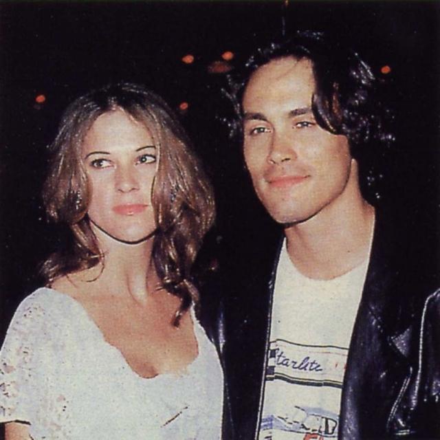 """Актер умер за восемнадцать дней до собственной свадьбы: Брэндон Ли и его возлюбленная Элиза Хаттон были обручены и должны были пожениться сразу после окончания съемок """"Ворона""""."""