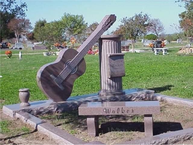 Певица и автор песен Синди Уокер не рассталась с любимым инструментом даже после смерти.