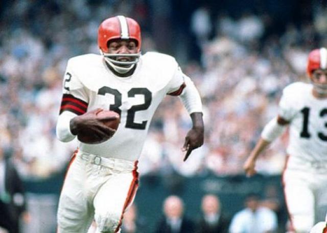 """Джим Браун. Один из легендарных спортсменов американского футбола, который много лет представлял команду """"Кливленд Браунс"""" и стал одним из величайших защитников в истории профессионального футбола."""