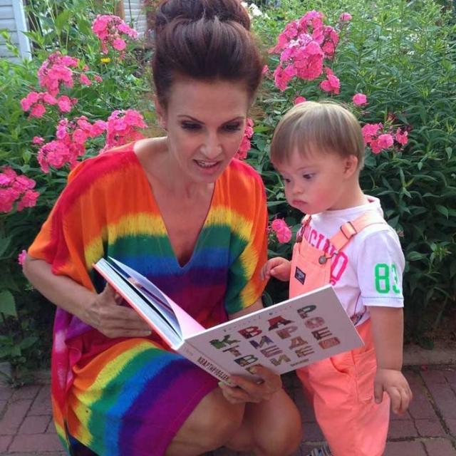 Сейчас Эвелина регулярно делится успехами малыша в своем Инстаграме.