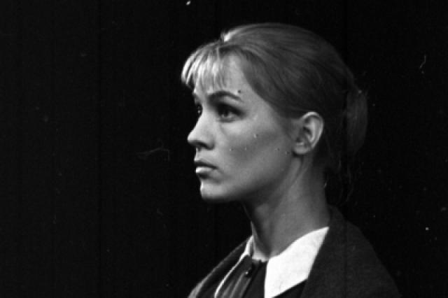 Со второй попытки поступила в Харьковский театральный институт, после чего уехала в Москву и поступила в Щукинское училище.