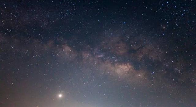 """Что еще больше заводит астрономов в тупик, так это то, что центр """"бесконечности"""" не совпадает с центром Галактики, а немного сдвинут по отношению к нему, что противоречит известным ученым законам."""