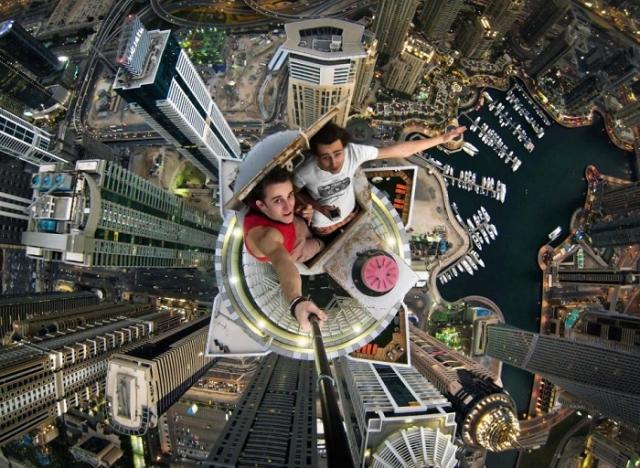 19-летний Александр Ремнев сфотографировался на крыше «Princess Tower» - самого высокого жилого здания в Дубае. Его высота составляет 414 м, при 101 этаже.