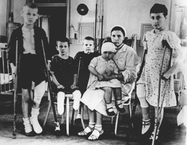 """""""Дед сказал отцу, уходившему на фронт: """"Ну что, Аркадий, выбирай – Лев или Таточка. Таточке одиннадцать месяцев, Льву шесть лет. Кто из них будет жить?"""". Вот так был поставлен вопрос. И Таточку отправили в детский дом, где она через месяц умерла. Был январь 1942-го, самый трудный месяц года. Плохо было очень – страшные морозы, ни света, ни воды…"""""""