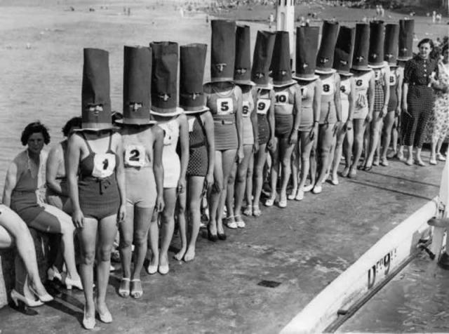 Это - конкурс красоты, прошедший в английском городе Клифтонвилль в 1936 году. И дабы не отвлекаться на лица и оценивать лишь красоту девичьих фигур, жюри решило надеть на конкурсанток вот такие незатейливые шляпки.