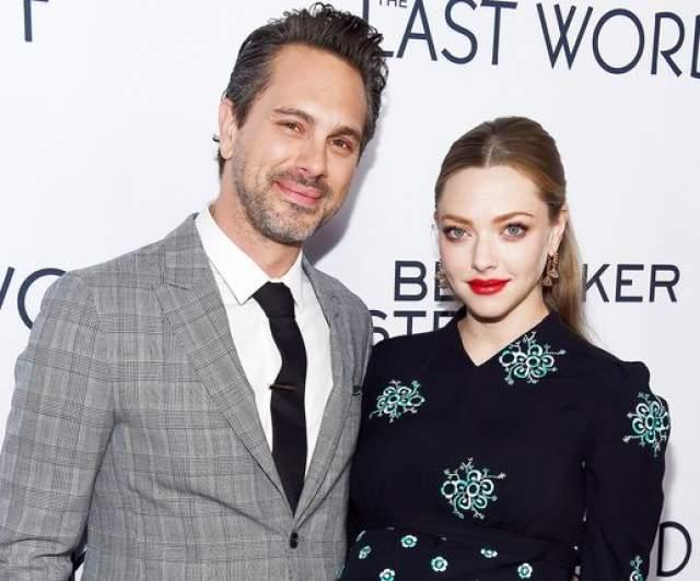 Аманда Сейфрид. С 12 марта 2017 года актриса замужем за коллегой Томасом Садоски, с которым она встречалась около двух лет до их свадьбы.