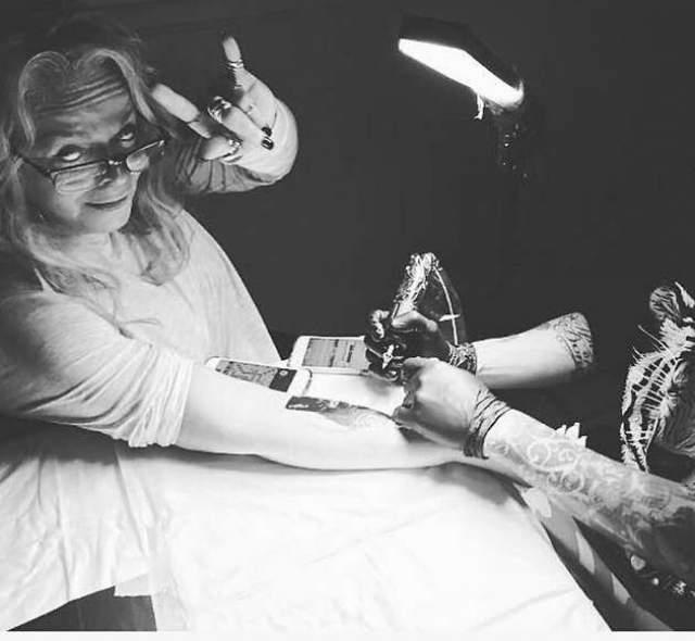 Лариса Долина. Не так давно певица сделала татуировку на внутренней стороне правой руки, выбрав для этого изображение любимой кошки.